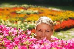 De vrouw in bloemtuin Stock Fotografie