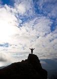 De vrouw bovenop de berg bereikt voor de zon Royalty-vrije Stock Foto