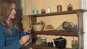 De vrouw bracht de thyme van de kopmunt kruiden van planken in keuken aan 4K stock video