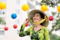 De vrouw in a breed-brimmed bamboehoed Stock Afbeeldingen
