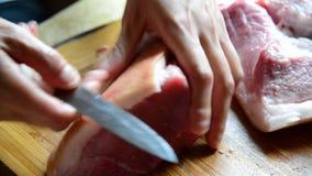 De vrouw breekt een brok van varkensvlees stock footage