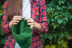 De vrouw breit sweater in openlucht stock afbeeldingen