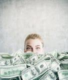 De vrouw burried in contant geld in concrete ruimte Royalty-vrije Stock Foto