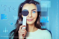 De vrouw controleert de visiekliniek in toekomstig ophthalmologistst royalty-vrije stock fotografie
