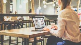 De vrouw controleert informatie over computer Online Onderwijs Student het leren stock fotografie