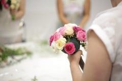 De vrouw creeert een bruids boeket met andere meisjes royalty-vrije stock fotografie