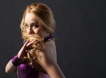 De vrouw is dansend de oosterse dans Stock Fotografie