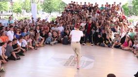 De vrouw danst bij het festival van de Straatstrijd over straatstadium tijdens Dag van de vakantie van Rusland stock video