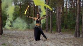 De vrouw danst met brandstok en rookbom stock videobeelden