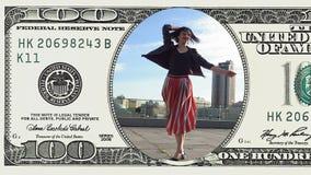 De vrouw danst voelend gelukkig in 100 dollarrekening stock footage