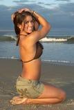 De vrouw in de Bruine Hoogste en Groene Rok van de Bikini met dient Haar in Royalty-vrije Stock Afbeelding