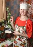 De vrouw in de keuken Royalty-vrije Stock Afbeeldingen