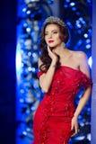 De vrouw in de kleding van Lux met kroon zoals koningin, prinses, steekt partij aan Royalty-vrije Stock Foto
