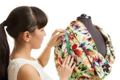 De vrouw de kleermaker over een ledenpop Stock Afbeelding