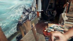 De vrouw de kunstenaar trekt een beeld stock video
