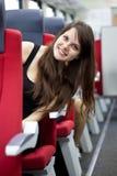 De vrouw is in de trein Stock Afbeelding