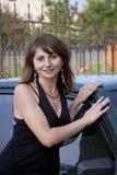 De vrouw in de zomer is over de auto royalty-vrije stock foto's