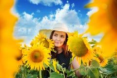 De vrouw in de zonnebloemen stock afbeeldingen