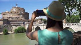 De vrouw dichtbij het kasteel van Sant ` Angelo neemt foto op mobiele telefoon De vrouwelijke toerist neemt beeld van beroemde pl stock video