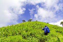 De vrouw die aan hoogste heuvel in Thailand met blauwe hemel en CLO lopen Stock Foto's