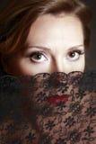 De vrouw die door een kant wordt gesloten royalty-vrije stock fotografie