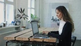 De vrouw die door laptop typen stock videobeelden