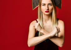 De vrouw die een einde tonen bewapent gekruist Op een rode achtergrond royalty-vrije stock afbeelding