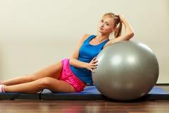 De vrouw die geschiktheid doen oefent met geschikte bal uit Royalty-vrije Stock Fotografie