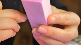 De vrouw die het gel zoals nagellak verwijderen, nadat het was wordt door gelvlekkenmiddel zacht stock video