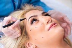 De vrouw die klaar voor plastische chirurgie worden stock foto
