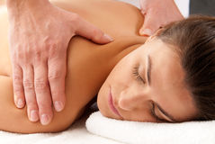 De vrouw die massage ontvangt ontspant behandelingsclose-up Royalty-vrije Stock Fotografie