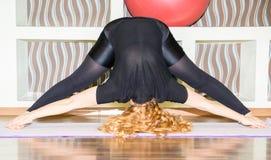 De vrouw die oefeningsyoga doen en pilates stelt op mat in gymnastiek Asana Het concept sport, fitness, opleiding en gezondheid Royalty-vrije Stock Foto's