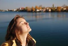 De vrouw die ontspant op zon heeft Royalty-vrije Stock Afbeelding
