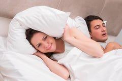 De vrouw die probleem met echtgenoot het snurken hebben Stock Fotografie