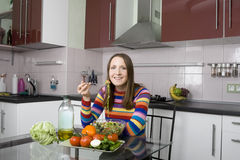 De vrouw die salade in eet kithen Stock Fotografie