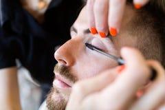 De vrouw die schoonheid maken en maakt omhoog behandeling in een zaal Royalty-vrije Stock Foto