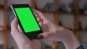 De vrouw die slimme telefoon bekijken met greenscreen stock video