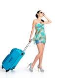 De vrouw die van ?asual zich met reiskoffer bevinden Stock Fotografie