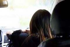 De vrouw die van Azië een auto drijven stock afbeelding