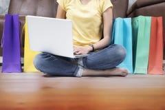 De vrouw die van Azië online thuis winkelen Royalty-vrije Stock Afbeeldingen