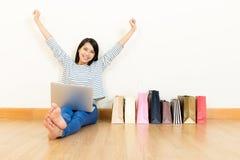 De vrouw die van Azië online winkelen stock afbeeldingen