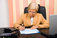 De vrouw die van de adviseur financiële grafiek trekt Royalty-vrije Stock Afbeeldingen