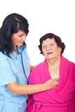 De vrouw die van de arts bejaarde patiënt beoordeling van royalty-vrije stock afbeeldingen