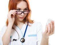 De vrouw die van de arts een container van vitaminen houdt Royalty-vrije Stock Afbeelding