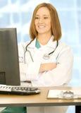 De Vrouw die van de arts Hand vouwt en op Sc van de Computer let Stock Afbeelding