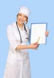 De vrouw die van de arts leeg karton houdt Stock Afbeelding