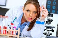 De vrouw die van de arts resultaten van medische test analyseert Stock Foto