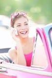De vrouw die van de auto op telefoon op de reis van de vakantieweg spreekt Royalty-vrije Stock Foto