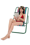De vrouw die van de bikini onderhouden door tabletapparaat Stock Afbeelding