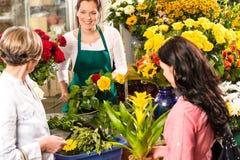 De vrouw die van de bloemist boeketklanten voorbereiden bloeit winkel Royalty-vrije Stock Afbeelding